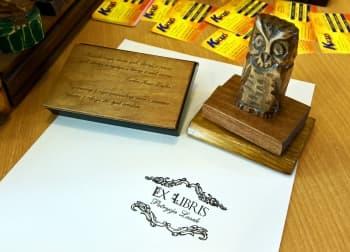 Ex libris z drewnianym pudełkiem i piękną rzeźbioną sową.