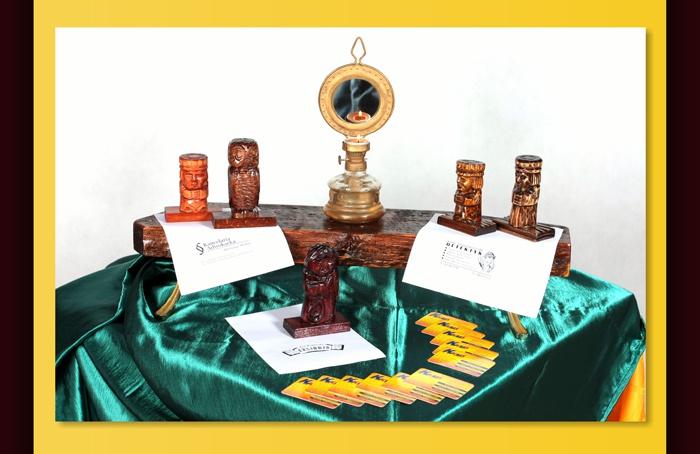 Zdjęcie rzeźbionych stempli ze świecznikiem