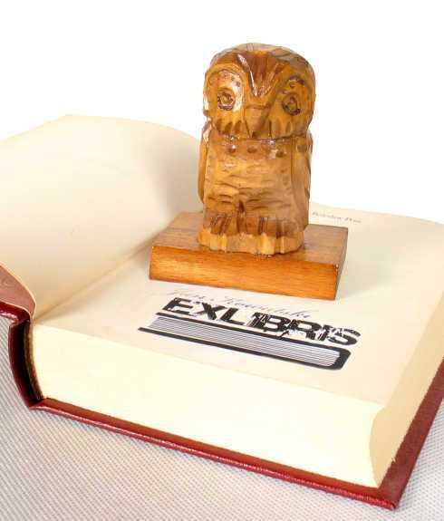 Pieczątka ex libris ze stemplem na książce.